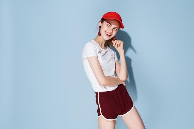 Femme au bonnet rouge mode vêtements d'été amusants posant