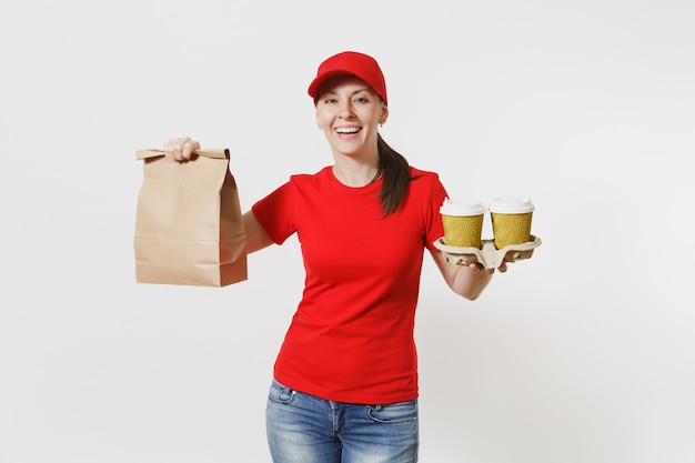 Femme au bonnet rouge, t-shirt donnant une commande de restauration rapide isolé sur fond blanc. courrier féminin tenant un paquet de papier avec de la nourriture, du café. livraison des produits du magasin ou du restaurant à votre domicile. espace de copie