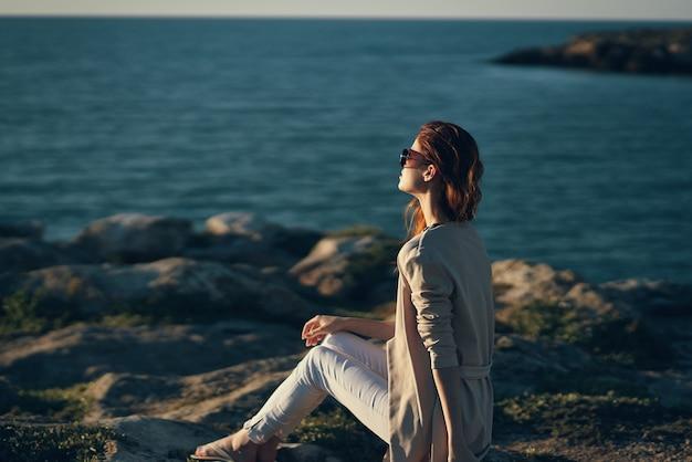 Femme au bord de la rivière dans les montagnes dans la nature plage été paysage air frais. photo de haute qualité