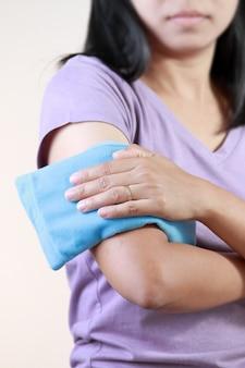 Femme au bras froid ou chaud.