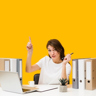 Femme au bureau vient d'avoir une idée
