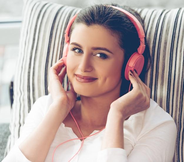 Femme au casque d'écoute de la musique.