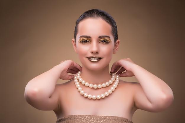 Femme au collier de perles isolé sur blanc