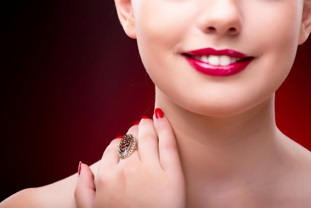 Femme au concept glamour avec des bijoux