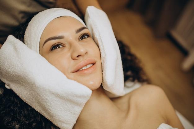 Femme au cosmétologue faisant des procédures de beauté