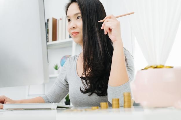 Femme au foyer ayant un problème confus concernant la sauvegarde de la famille et assise sur une chaise de bureau à domicile