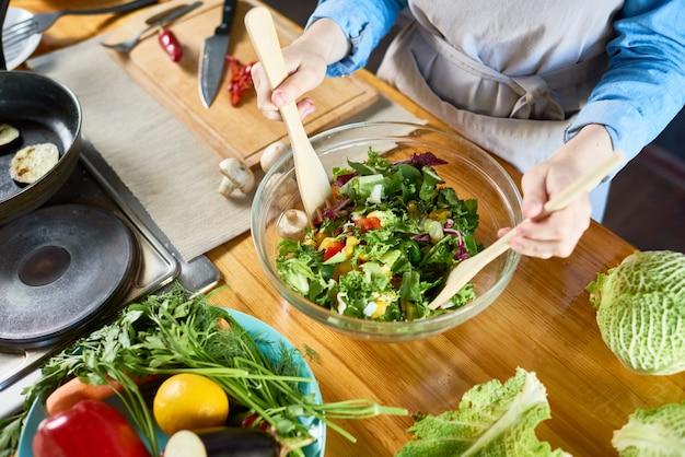 Femme au foyer, confection, salade, grand plan