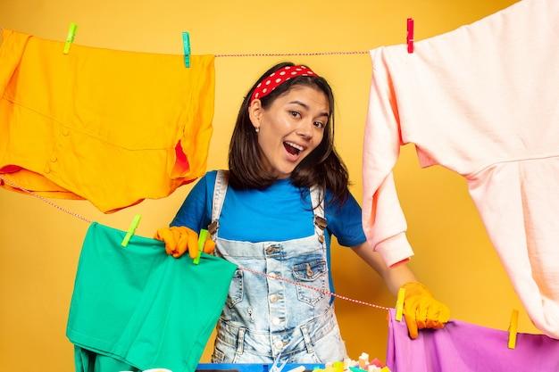 Femme au foyer drôle et belle faire des travaux ménagers