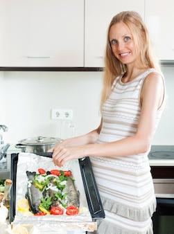 Femme au foyer enceinte cuisine truite
