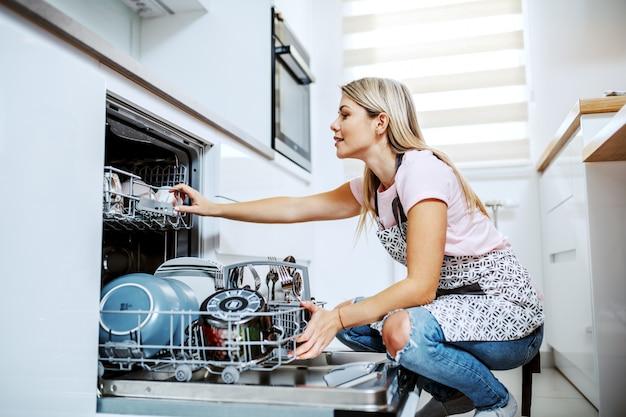 Femme au foyer faisant la vaisselle.