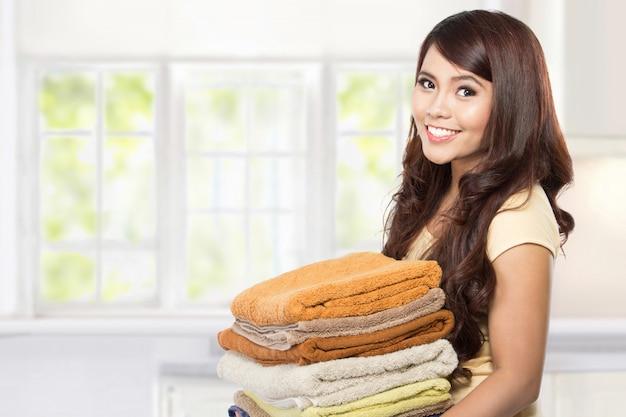 Femme au foyer avec lessive