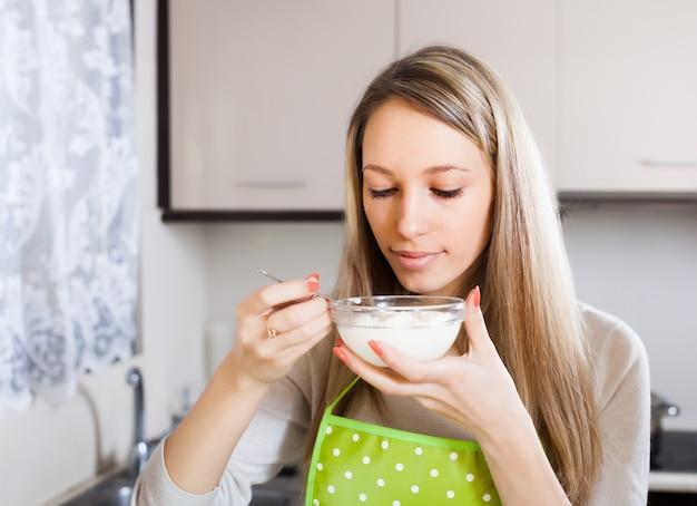Femme au foyer, manger du fromage cottage
