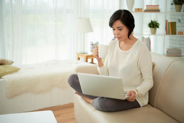 Femme au foyer profitant du week-end à la maison