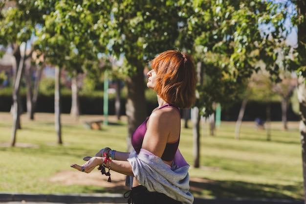 Femme au gingembre méditant sur une journée ensoleillée
