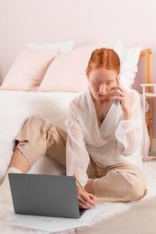 Femme au lieu de travail à l'aide d'un ordinateur portable