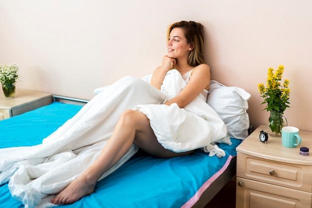 Femme au lit à la recherche de suite