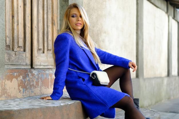 Femme au manteau bleu dans la rue