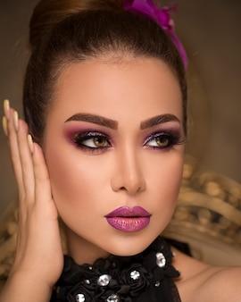 Femme au maquillage bronzé élégant