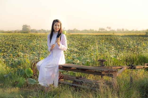Femme au marais de lotus