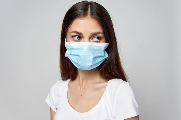 Femme au masque médical à la recherche sur le côté