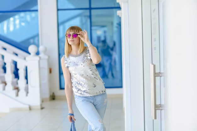 Une femme au mode de vie actif se rend au magasin avec le syndrome du shopaholic