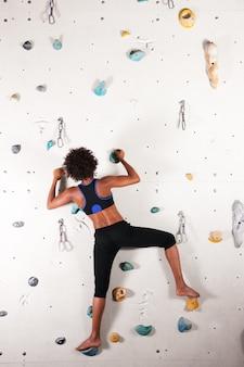 Femme au mur d'escalade
