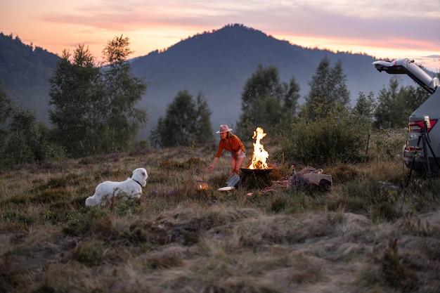 Femme au pique-nique dans les montagnes