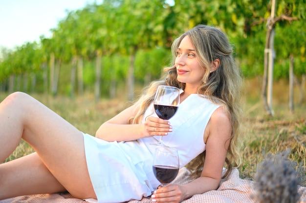 Femme au pique-nique avec un verre de vin