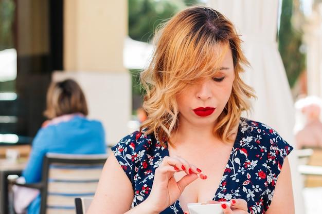 Femme au régime voulant manger des gâteaux ou des bonbons à l'extérieur