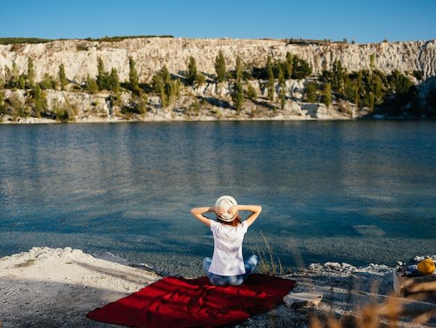 Femme au repos au bord de la rivière nature voyage en air frais