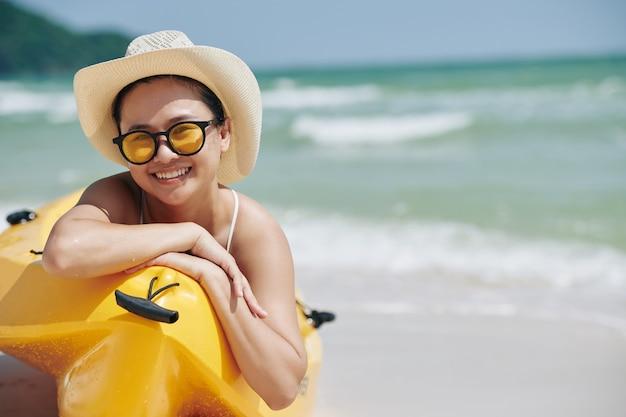 Femme au repos en bateau kayak