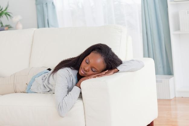 Femme au repos dans un canapé