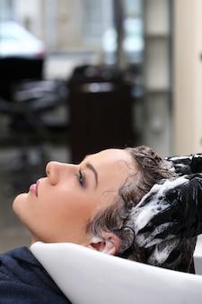 Femme au salon de coiffure