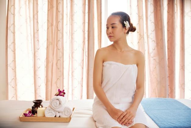 Femme au salon de massage spa