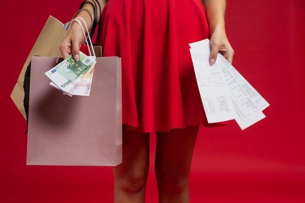 Femme au shopping avec un fond rouge