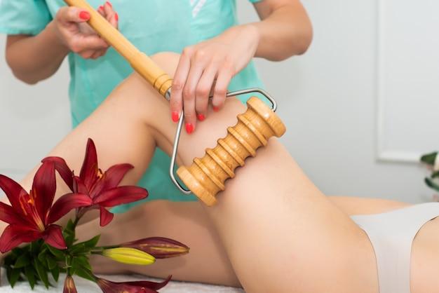 Femme au spa recevant un massage
