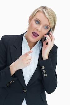 Femme au téléphone ayant une discussion animée