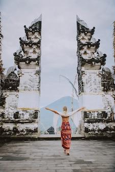 Femme au temple de pura lempuyang à bali