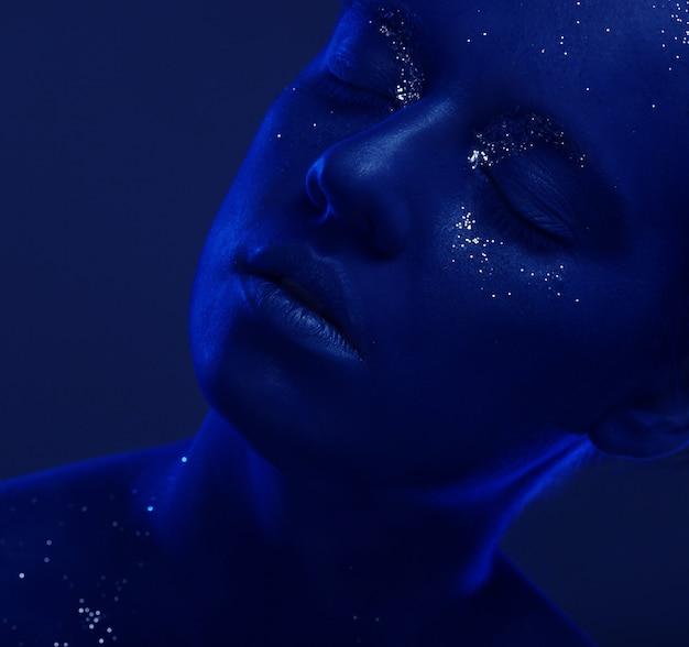 Femme au visage bleu foncé