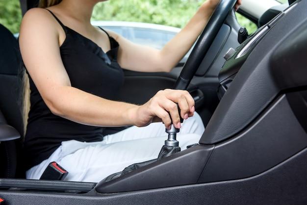 Femme au volant de voiture avec volant. conducteur à l'intérieur de la voiture