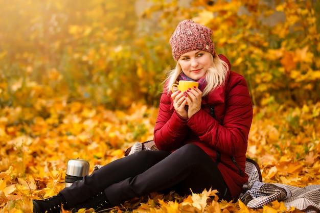 Femme automne boire du café.