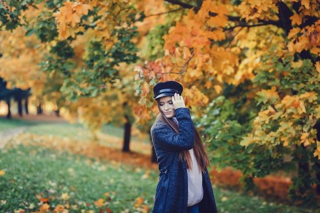 Femme automne dans le parc