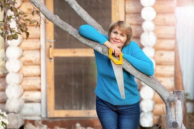 Femme à l'automne faisant le traitement du jardin