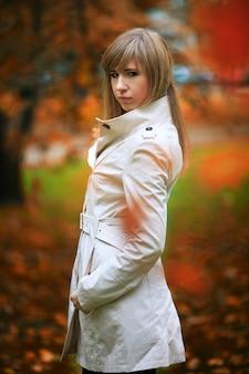 Femme automne sur fond de feuilles
