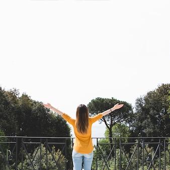 Femme aux bras grands ouverts