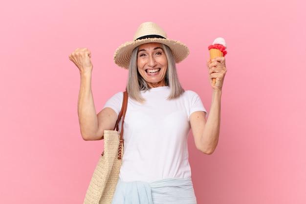 Femme aux cheveux blancs d'âge moyen avec une glace. concept d'été