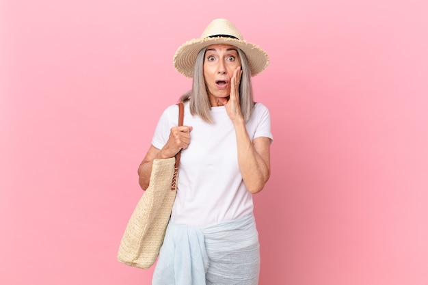 Femme aux cheveux blancs d'âge moyen se sentant choquée et effrayée. concept d'été