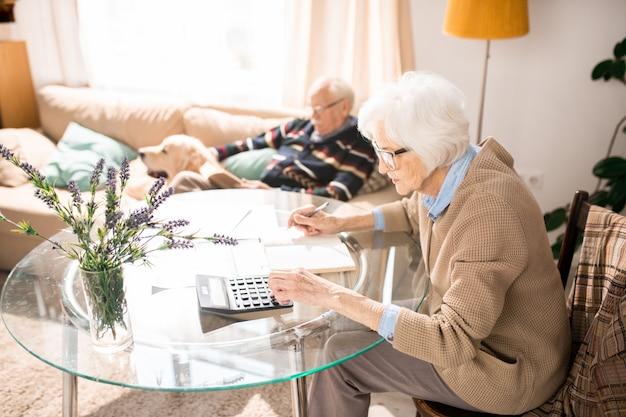Femme aux cheveux blancs, calcul des taxes
