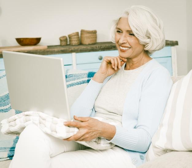 Femme aux cheveux blancs avec ordinateur portable