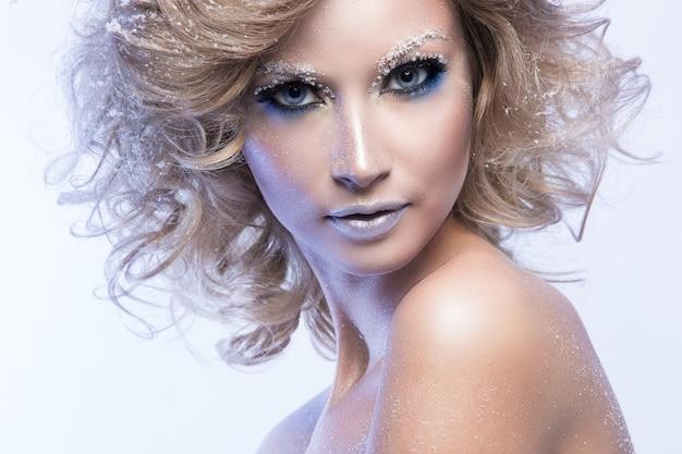 Femme aux cheveux bouclés et thème hiver